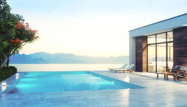 Villa contemporaine avec une piscine à débordement donnant sur la mer