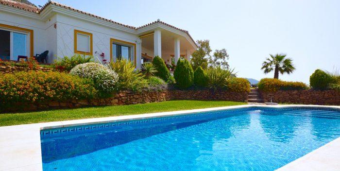 extérieur de maison avec piscine et végétaux