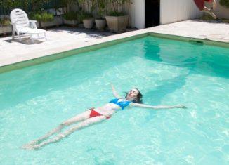 piscine-baignade-femme-homme-ete-loisir-bassin-exterieur-jardin-chaleur-soleil