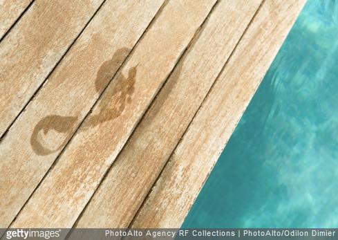 Tous nos conseils pour entretenir les plages et les margelles en bois de votre piscine.