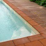 dallages-en-terre-cuite-pour-la-terrasse-d-une-piscine