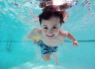 petit garçon piscine